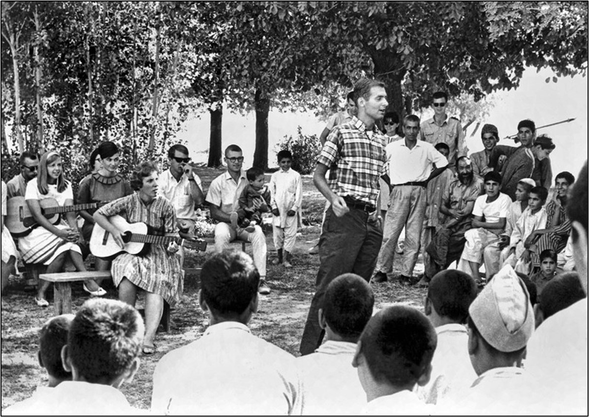 """Voluntarios del Cuerpo de Paz estadounidense en Kabul organizan una """"reunión informal con música folclórica"""" para los huérfanos afganos en 1965"""