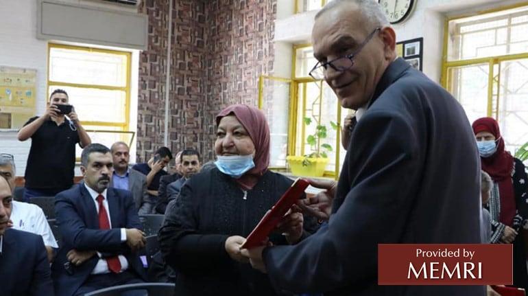 El ministro de telecomunicaciones Sider le otorgó a Latifa Abu Hamid un certificado de honor (Fuente: Facebook.com/MTITPalestine, 6 de julio, 2021)