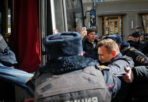 https://www.memri.org/sites/default/files/new_images/navalny%20arrested.jpg